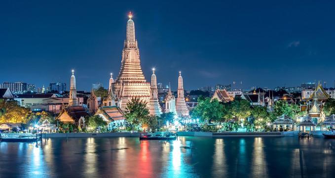 Výhled na Wat Arun z východní strany řeky - https://commons.wikimedia.org/wiki/File:%E0%B8%A7%E0%B8%B1%E0%B8%94%E0%B9%81%E0%B8%88%E0%B9%89%E0%B8%872.jpg