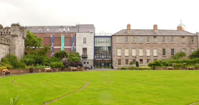 Knihovna Chestera Beattyho - https://commons.wikimedia.org/wiki/File:Alig_Chester_Beatty_Library_en008.jpg
