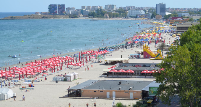 Mamaia - https://commons.wikimedia.org/wiki/File:Mamaia_Beach_%28September_2013%29.JPG