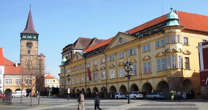 Náměstí s Valdštejnskou bránou - https://commons.wikimedia.org/wiki/File:Jic_zamek_a_vez_DSCN2551.JPG