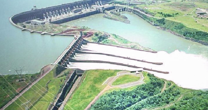 Vodní elektrárna Itaipú - https://commons.wikimedia.org/wiki/File:ItaipuAerea2AAL.jpg