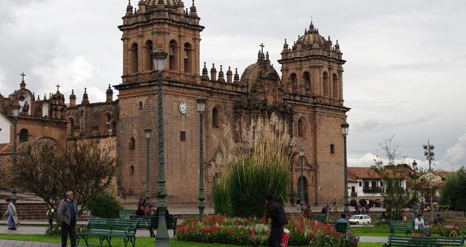 Katedrála na Plaza de Armas - https://commons.wikimedia.org/wiki/File:Cusco,_Peru.jpg