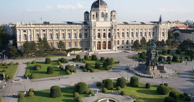 Uměleckohistorické muzeum - https://commons.wikimedia.org/wiki/File:Vienna_-_View_of_Maria_Theresien-Platz_and_the_Kunsthistorisches_Museum_-_6291.jpg