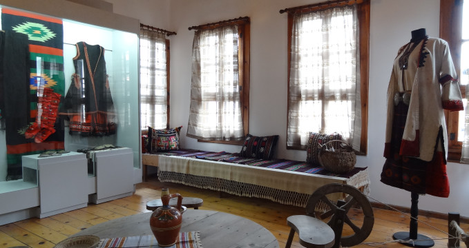 Etnografické muzeum - https://commons.wikimedia.org/wiki/File:Ethnographic_Museum_Nesebar_04.JPG