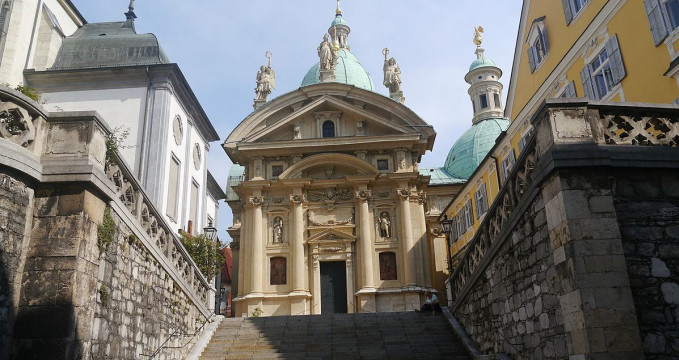 Mauzoleum Ferdinanda II. - https://commons.wikimedia.org/wiki/Category:Katharinenkirche_und_Mausoleum,_Graz?uselang=cs#/media/File:Graz_Katharinenkirche_Front_2.JPG
