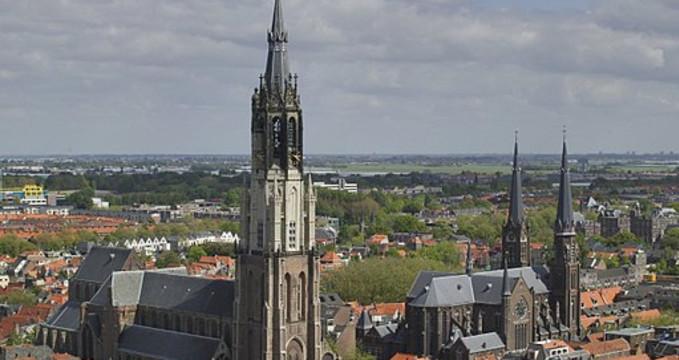 Nieuwe Kerk (vlevo) - https://commons.wikimedia.org/wiki/File%3AOverzicht_van_de_Nieuwe_Kerk_en_de_Maria_van_Jessekerk_gezien_vanaf_de_toren_van_de_Oude_Kerk_-_Delft_-_20422017_-_RCE.jpg