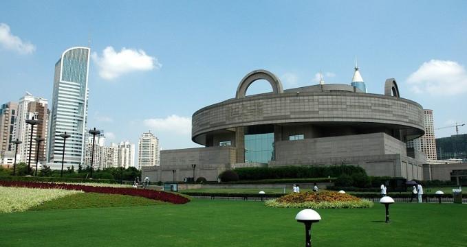 Šanghajské muzeum - https://en.wikipedia.org/wiki/Shanghai_Museum#/media/File:Shanghai_Museum_exterior_1.jpg