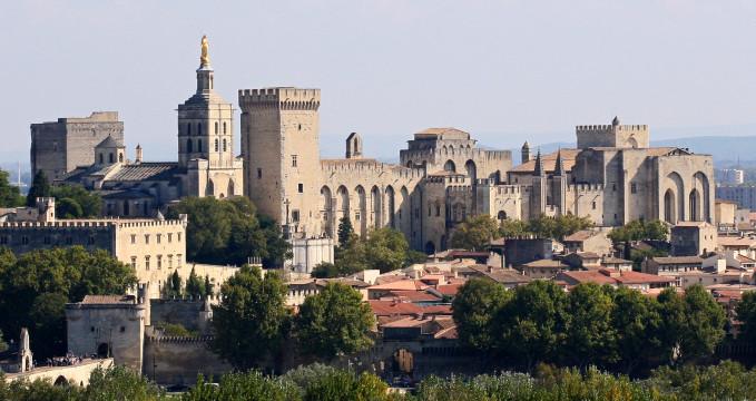 Papežský palác - https://en.wikipedia.org/wiki/File:Avignon,_Palais_des_Papes_depuis_Tour_Philippe_le_Bel_by_JM_Rosier.jpg