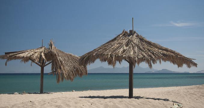 Pláž Kardamena  - https://commons.wikimedia.org/wiki/File:Kardamena,_Kos,_Greece_(5654647590).jpg