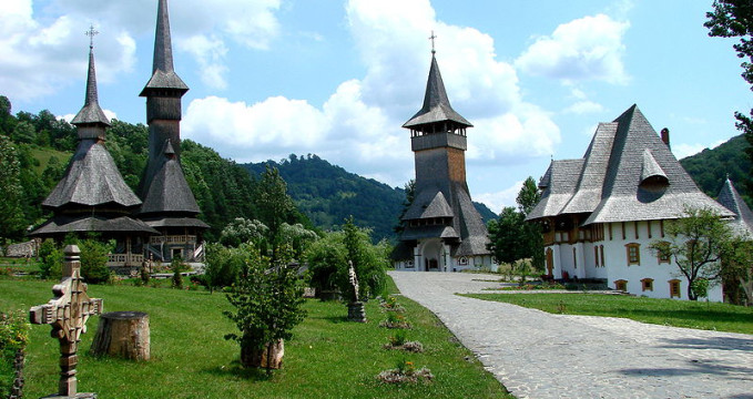 klášter Birsana, Maramreš, Rumunsko - https://commons.wikimedia.org/wiki/File:Barsana_Monastery_-_Romania_03.jpg