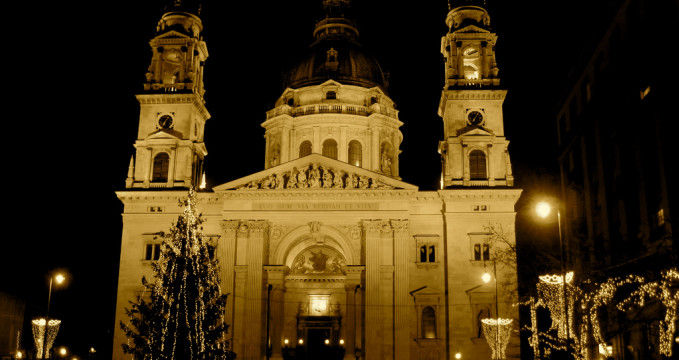 Bazilika sv. Štěpána - https://www.flickr.com/photos/alexbarrow/3124999810/in/photolist-5L9rz5-6Q9TVs-eVouLD-9Sg6vb-4Gha7m-4GcXfv-9T2bPF-44XniZ-44XoEc-44Xj6R-958GtQ-7s5Yk8-4Gh8DC-V16xML-7QaQ6R-6iDMjY-evGYfR-44XUkP-exNHLv-4531vY-78QP8S-eVzKW9-iAbdKq-4Gh9UG-4Gh8Nq-6fxk2Y-eVzGpb-TLEdW8-6N8WL2-44Xm1p-9AV9zM-4RUqTy-8khwR7-pg8Qym-GKamk-TdHjh1-g3QhAm-44XXmT-4Gd24i-eVzRPf-4RQhuP-4RUqBG-84Mb15-S6UxgY-eVzZSL-p1Fkps-452veA-4GcYRe-2Zde2k-4tBBCo
