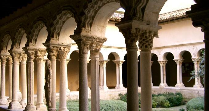 Vnitřní nádvoří katedrály - https://commons.wikimedia.org/wiki/File:Aix_-_clo%C3%AEtre_St_Sauveur.JPG