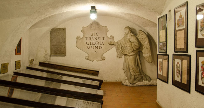 Krypta - https://commons.wikimedia.org/wiki/File:Capuchin_Crypt_in_Brno_2013h.jpg