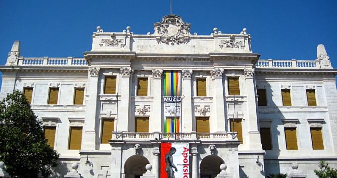 Námořní a historické muzeum v Rijece - https://commons.wikimedia.org/wiki/File:PPMHP_270508_ulaz.jpg?uselang=cs