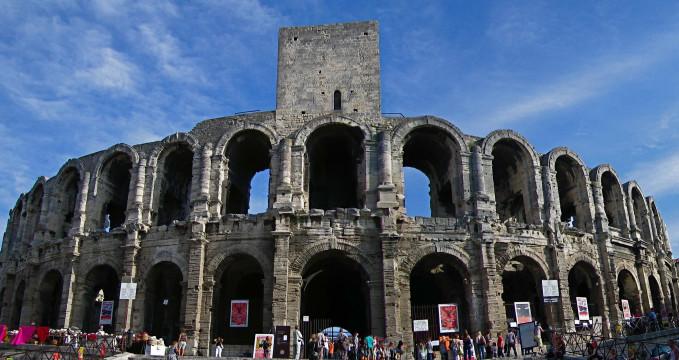 Amfiteátr - https://en.wikipedia.org/wiki/Arles#/media/File:Ar%C3%A8nes_d%27Arles_1.jpg