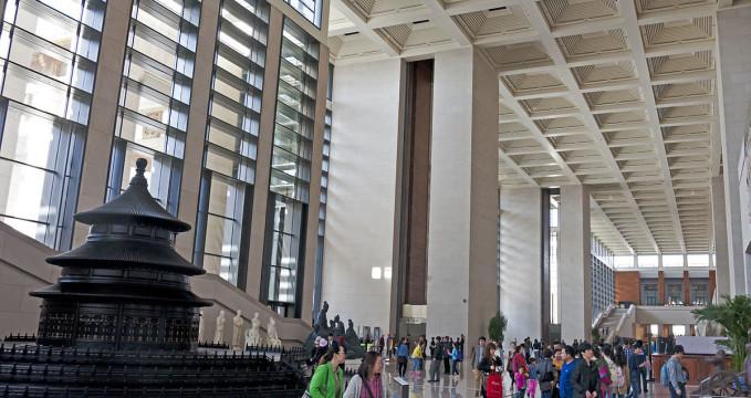Čínské národní muzeum - https://en.wikipedia.org/wiki/National_Museum_of_China#/media/File:National_Museum_of_China_foyer_showing_Temple_of_Heaven_model.jpg