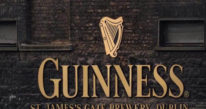 Vstup do pivovaru - https://en.wikipedia.org/wiki/Guinness#/media/File:St._James%27s_Gate_Brewery,_Dublin,_Ireland.jpg