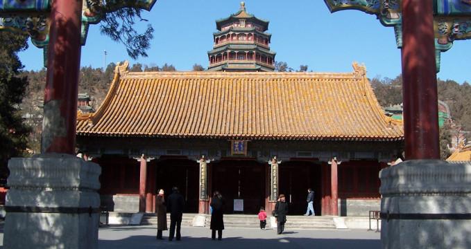 Letní palác - https://en.wikipedia.org/wiki/Summer_Palace#/media/File:Summer_Palace_at_Beijing_15.jpg