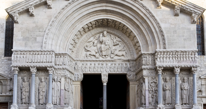 Kostel st. Trophime - https://commons.wikimedia.org/wiki/File:Arles_St_Trophime_Portail.jpg
