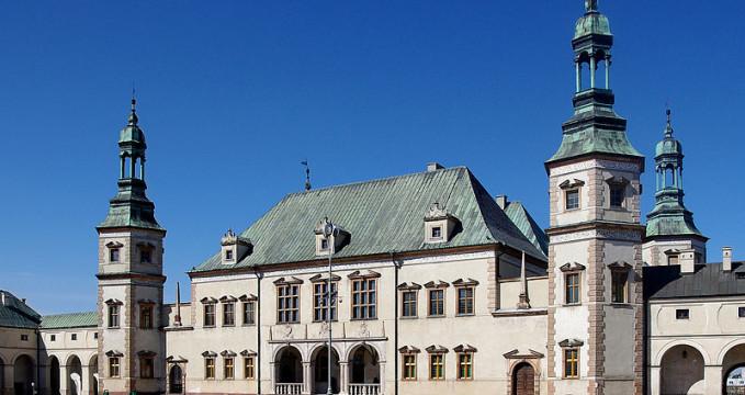 Palác krakovskýh biskupů, Kielce - https://commons.wikimedia.org/wiki/File:20130421_Kielce_Palac_Biskupow_Krakowskich_3127.jpg