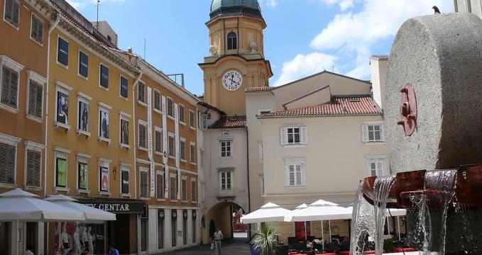 Hodinová věž - https://commons.wikimedia.org/wiki/File:V%C3%A1rostorony4_Rijeka.JPG?uselang=cs