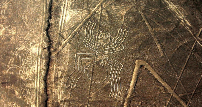 Obrazec pavouka na náhorní plošině Nazca - https://commons.wikimedia.org/wiki/File:Linhas_de_Nazca.jpg