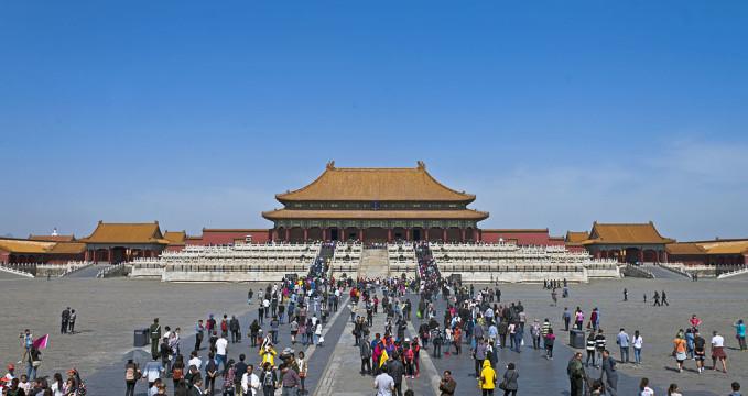 Zakázané město - https://en.wikipedia.org/wiki/Forbidden_City#/media/File:Hall_of_Supreme_Harmony,_Forbidden_City,_Beijing,_with_tourists_2.jpg