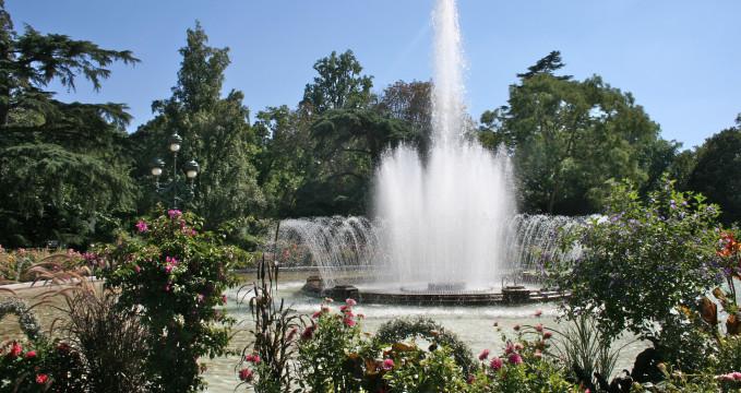 Fontána v botanické zahradě - https://commons.wikimedia.org/wiki/File:Fountain_in_Jardin_des_Plantes,_Toulouse.jpg