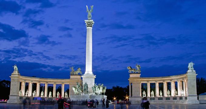 Náměstí hrdinů - https://commons.wikimedia.org/wiki/File:H%C5%91s%C3%B6k_tere_by_night.jpg?uselang=cs