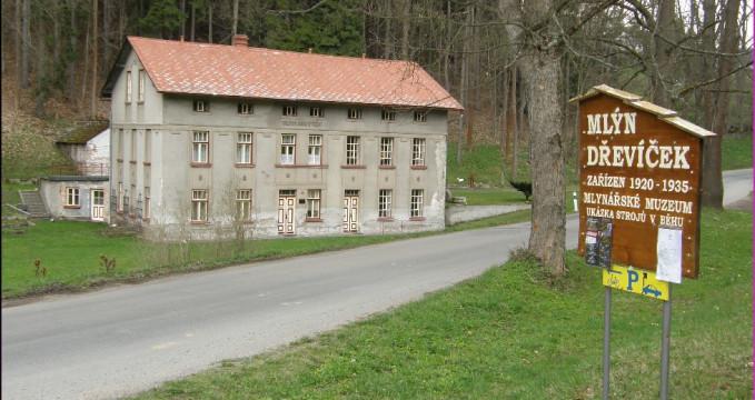 Mlýn Dřevíček - https://commons.wikimedia.org/wiki/File:Muzejn%C3%AD_ml%C3%BDn_D%C5%99ev%C3%AD%C4%8Dek_-_panoramio.jpg