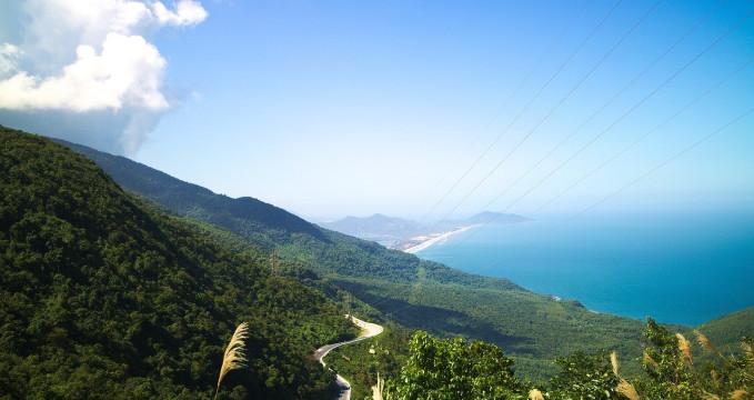 Výhled na část úseku Hai Van Pass ve Vietnamu -