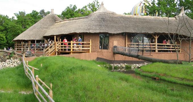 Africká vesnice v ZOO - https://commons.wikimedia.org/wiki/File:Africk%C3%A1_vesnice,_ZOO_Brno,_1.jpg