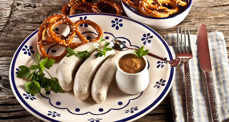 Weisswurst se sladkou bavorskou hořčicí a praclíky