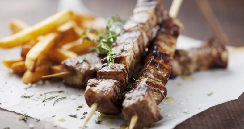 Tradiční souvlaki z masa a zeleniny napíchaných na špejlích