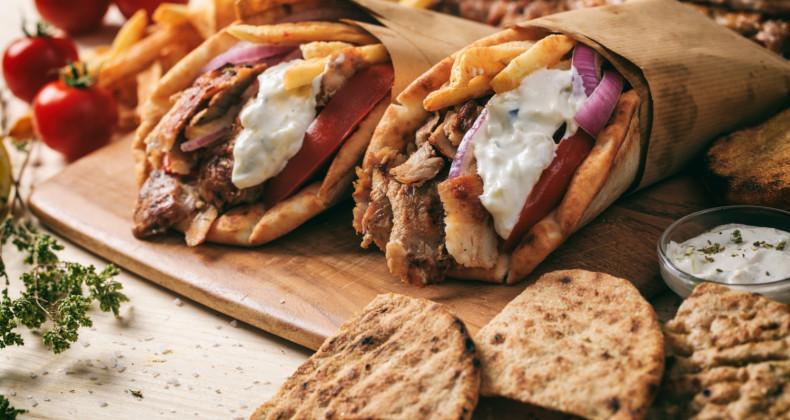 Vynikající řecký gyros zabalený do pita chleba