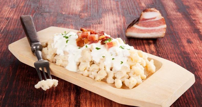 Bramborové knedlíky s bryndzovým ovčím sýrem a slaninou.