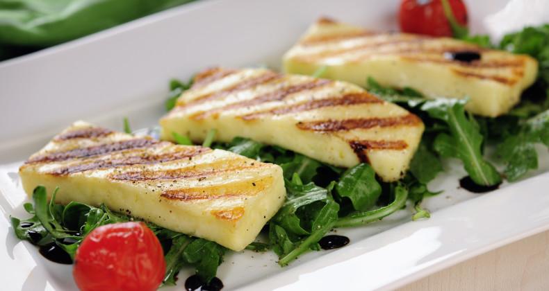 Grilovaný sýr Halloumi na rukolovém salátu