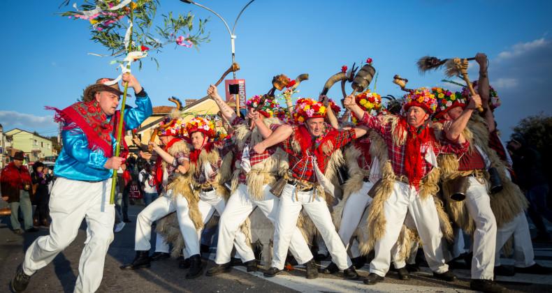 Tradiční karnevalový průvod procházející ulicí Matulji v Chorvatsku