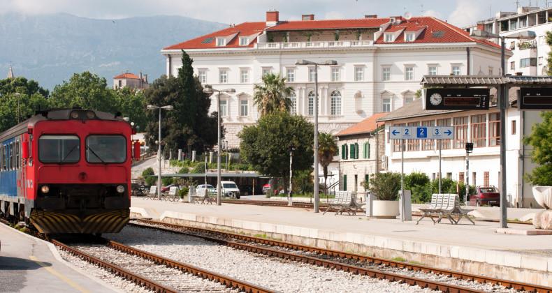 Nádraží ve Splitu je vzdálené pár kroků od pláže Bačvice a 5 minut chůze od Diokleciánova paláce