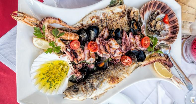 Talíř mořských plodů složený rybami, mušlemi, krevetami a chobotnicí