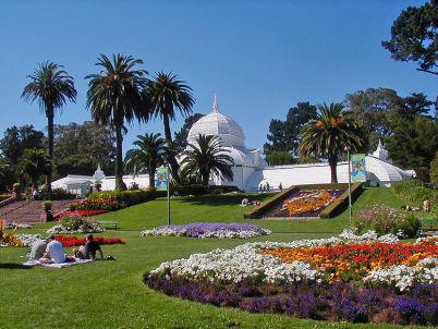 Zahrada plná květin v Golden Gate Parku - http://commons.wikimedia.org/wiki/File:SF_Conservatory_of_Flowers_3.jpg
