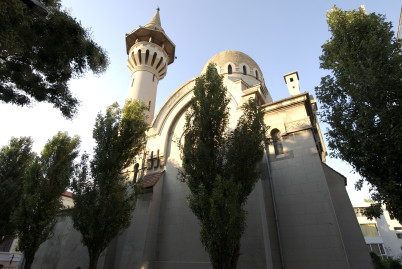 Mešita - https://commons.wikimedia.org/wiki/Category:Carol_I_Mosque,_Constan%C5%A3a?uselang=cs#/media/File:Moscheea_Carol_I.jpg