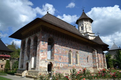 Moldovita - https://commons.wikimedia.org/wiki/File:Biserica_din_incinta_Manastirii_Moldovita.JPG?uselang=cs
