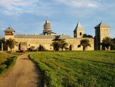 Dragomirna - https://commons.wikimedia.org/wiki/Category:Dragomirna_Monastery#/media/File:Dragomirna_monastery_sunset.jpg