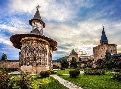 Sucevita - https://commons.wikimedia.org/wiki/File:Biserica_si_curtea_manastirii_Sucevita.jpg?uselang=cs