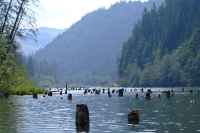 Červené jezero - https://www.flickr.com/photos/nelub/1201277872/in/photolist-8ag5GG-6X64XE-6X23Lx-71RFMw-72wmcg-72AkNw-72wizZ-72wjwg-y9Ur77-xTb7HA-72918m-xTcpEY-y8tQKu-yaN6Mp-xdUTLe-xTcfJG-377SGK-2Q9S4s-37cv1C-37cxH7-377L12-8Gn713-ny8A1-7nAPeK-2Q5qzM-795Daq-cr3iMN-cr3jf1-cr3j29-cr3iWy-pP8QWc-7vm8HR-7vm55p-7vpPY3-795qzy-791Jxa-7vpVmE-7cKJEG-77sPN2-55wiUs-59FJWs-55gXas