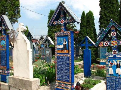 Veselý hřbitov s Sapantě - https://commons.wikimedia.org/wiki/File:Cimitirul_Vesel_din_S%C4%83p%C3%A2n%C8%9Ba,_jude%C8%9Bul_Maramure%C8%99_-_detalii_02.JPG?uselang=cs
