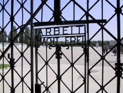 Nadpis Arbeit Macht Frei v Dachau - https://www.flickr.com/photos/jaygalvin/61305279/