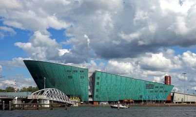 Centrum vědy NEMO - https://commons.wikimedia.org/wiki/File:Amsterdam_vue_Nemo.JPG#/media/File:Amsterdam_vue_Nemo.JPG