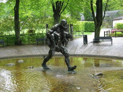 Socha v Aalborg Zoo - http://commons.wikimedia.org/wiki/File:Aalborg_Zoo_-_Det_gode_kup_-_1.JPG